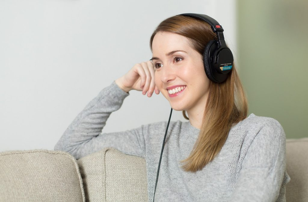 mujer-chica-auriculares-música-977020-mrcoach